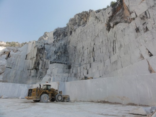 White carrara marble from ancient rome to the modern home for Marmol de carrara