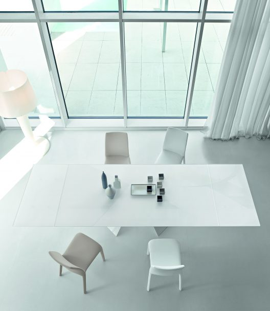 Prora dining table and Alanda dining chairs by Bonaldo